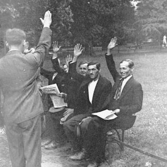 36 bojówkarzy, którzy pod wodzą Adama Doboszyńskiego opanowało na kilka godzin Myślenice, stanęło przed Sądem Okręgowym w Krakowie. Na zdjęciu grupa oskarżonych na ławce w parku.