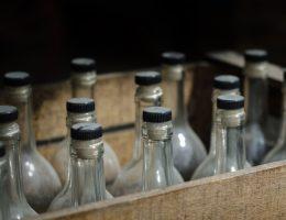 Stare butelki alkoholu.