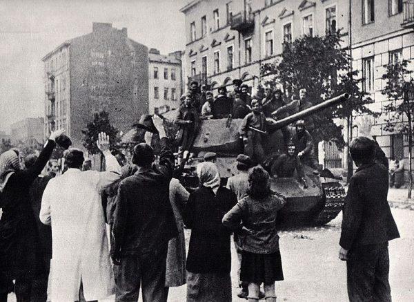 Reakcje na sowieckich wyzwolicieli na Kresach, gdzie mieszkańcy doskonale pamiętali okupację z lat 1939-1941 były inne od tych w centralnej i zachodniej Polsce.