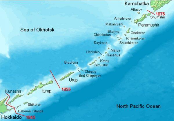 Wyspy Kurylskie na rosyjskiej mapie. Czerwonym zaznaczone zostały każdorazowe granice japońsko-rosyjskie. Spór dotyczy czterech wysp najbliższych Japonii - Kunashir, Shikotan, Habomai i Iturup.