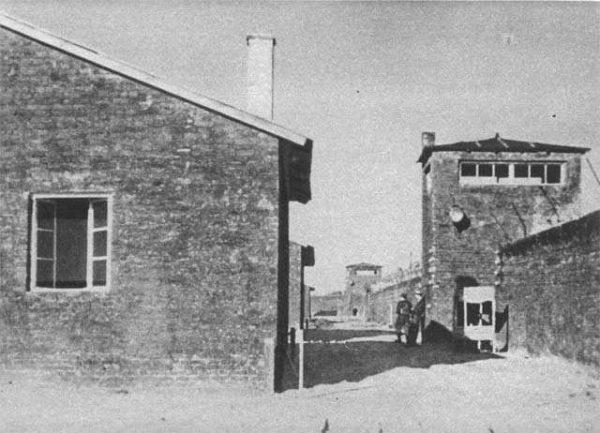 """Jeden z obozów NKWD mieścił się na terenie osławionej Gęsiówki. Na zdjęciu teren obozu po jego wyzwoleniu przez żołnierzy batalionu """"Zośka"""" w czasie Powstania Warszawskiego."""