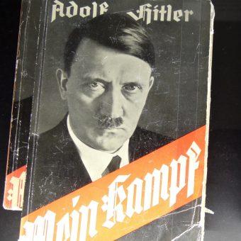 """Egzemplarze """"Mein Kampf"""" w Centrum Dokumentacyjnym w Norymberdze."""