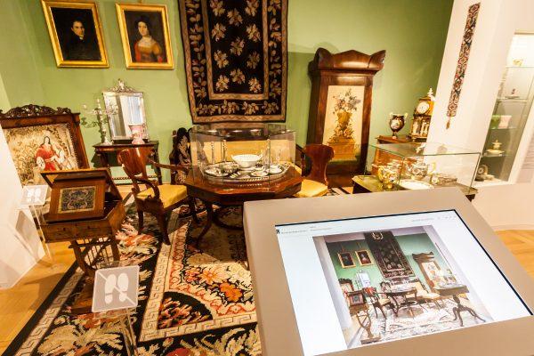 Biedermaierowski salonik to jedna z ciekawszych aranżacji w muzeum.