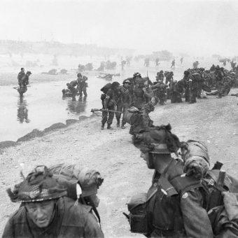 Wśród odnalezionych nieśmiertelników znalazły się również te należące do żołnierzy poległych w Normandii. Na zdjęciu z 4 czerwca 1944 roku desant brytyjskiej 3 Dywizji Piechoty.