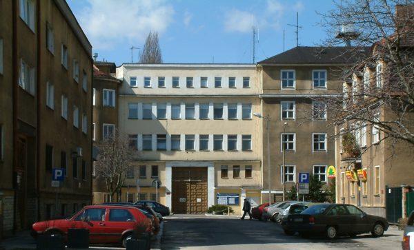 Dawna siedziba UB w Poznaniu przy ul. Kochanowskiego 2a, obecnie mieści siedzibę Komendy Wojewódzkiej Policji.
