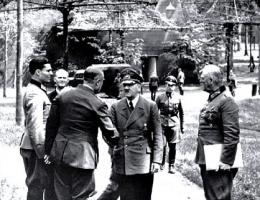 Adolf Hitler w swojej kwaterze głównej.