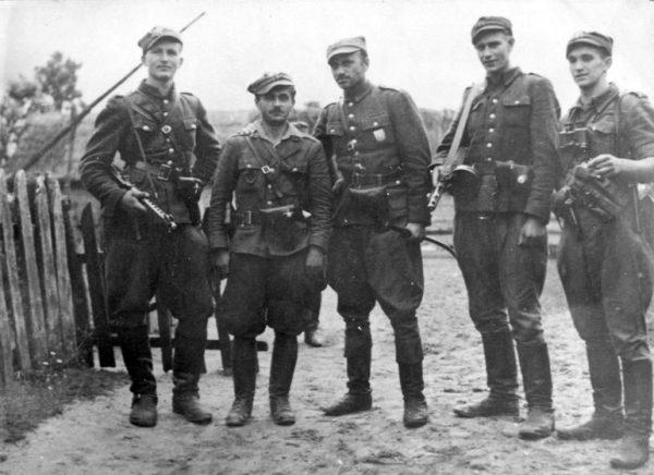 """Jedną ze spornych kwestii dotyczących Muzeum II Wojny Światowej jest obecność na ekspozycji tak zwanych """"Żołnierzy Wyklętych"""". Na zdjęciu żołnierze 5 Wileńskiej Brygady AK."""