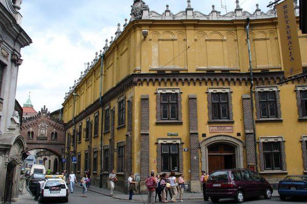 """Remont Muzeum książąt Czartoryskich w Krakowie znacząco utrudnił zwiedzanie kolekcji i spowodował przenosiny """"Damy"""" na Wawel."""