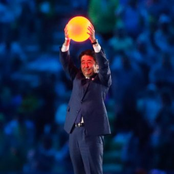 Shinzo Abe podczas ceremonii kończącej Igrzyska w Rio de Janeiro w 2016 roku.