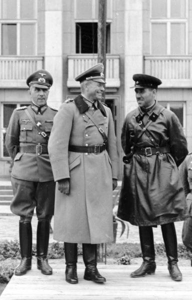 We wrześniu 1939 roku obaj okupanci współpracowali. Później walczyli przeciwko sobie. Sytuacja Polaków była jednak cały czas tragiczna. Na zdjęciu Heinz Guderian i Siemion Kriwoszein przyjmują defiladę Wehrmachtu i Armii Czerwonej w Brześciu nad Bugiem, 22 września 1939.