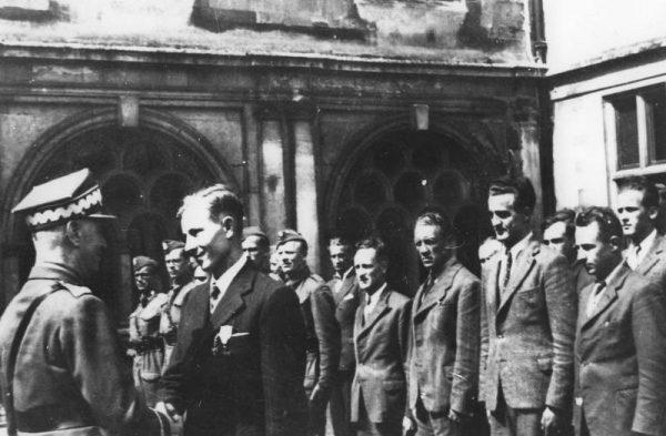 Coraz częściej zdarza się, że niepopularne odkrycia i opinie powodują zwolnienia historyków.Na zdjęciu generał Władysław Sikorski przyznający ordery cichociemnym.