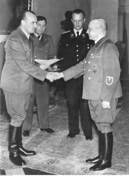 Adolf Geretis odbierający z rąk gubernatora Hansa Franka nominację na stanowisko szefa głównego wydziału kolei w Generalnym Gubernatorstwie.