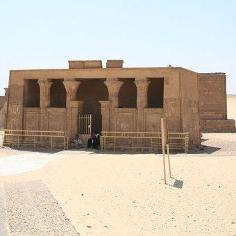 Na cmentrzu Tuna el-Gebel znajduje się między innymi grobowiec rodu Petosiris.