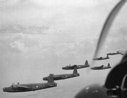 Bombowce Vickers Wellington w czasie lotu bojowego.