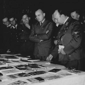 Gubernator Hans Frank ogląda książki wydane przez wydział propagandy Generalnego Gubernatorstwa (fot. domena publiczna)