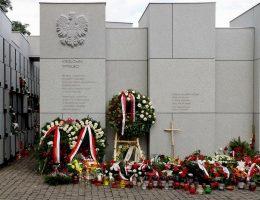Ofiary komunistycznego terroru są na Powązkach upamiętnione w Mauzoleum Wyklętych-Niezłomnych.