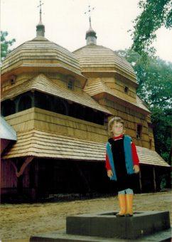Mała ja na tle przepięknej zabytkowej cerkwi w Chotyńcu.