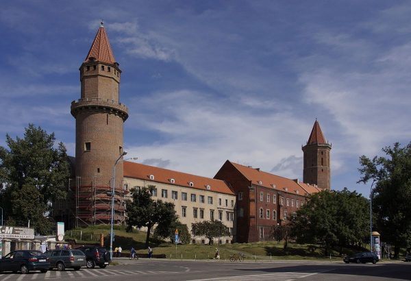 Zamek w Legnicy wielokrotnie przebudowywano, ale i tak daje pewne wyobrażenie o późnoromańskim budownictwie.
