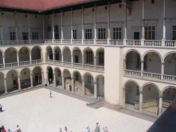 Studnia na Wawelu znajduje się na wschód od dziedzińca arkadowego.
