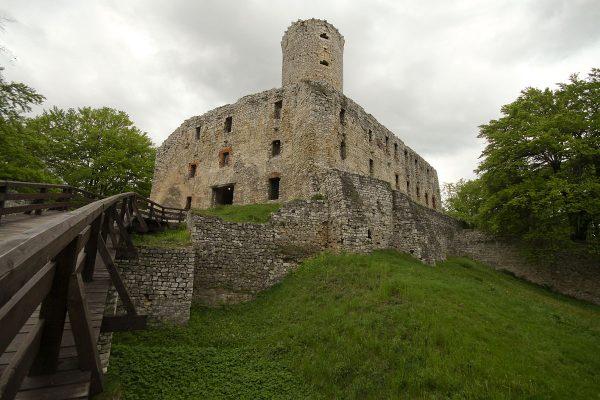 Zamek Lipowiec wybudowali krakowscy biskupi w XIII wieku.