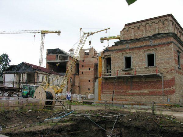 """Jeszcze przed rozpoczęciem budowy, pomysł """"rekonstrukcji"""" zamku budził sprzeciwy. Na zdjęciu Zamek Dolny w 2006 roku."""