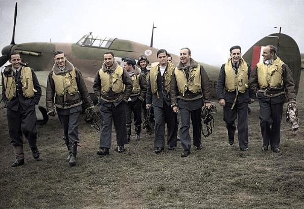 W ostatniej chwili Brytyjczycy wysłali zaproszenia na Paradę Zwycięstwa polskim lotnikom. Ci jednak odmówili udziału. Na zdjęciu piloci z dywizjonu 303.