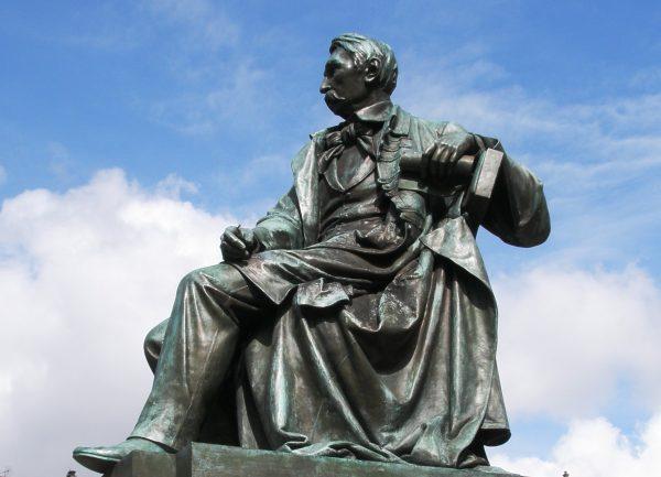 W dwudziestoleciu międzywojennym postać Aleksandra Fredry próbowali wykorzystać propagandowo endecy. Na zdjęciu pomnik dramatopisarza dłuta Leonarda Marconiego, przeniesiony po II wojnie światowej ze Lwowa do Wrocławia.