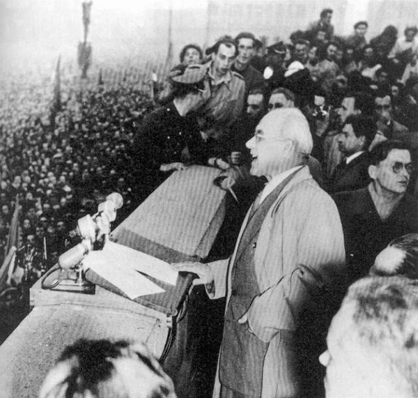 """Gomułka na wiecu w 1956 roku. Słynne, emocjonalne przemówienie na warszawskim Placu Defilad zakończył słowami """"Towarzysze! Obywatele! Ludu pracujący stolicy!"""", czym zyskał sobie sympatię tłumów."""