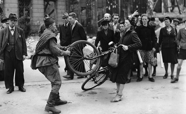 Kobieta ze zdjęcia miała sporo szczęścia. Spotkanie z sowieckim żołnierzem mogło skończyć się znacznie gorzej.