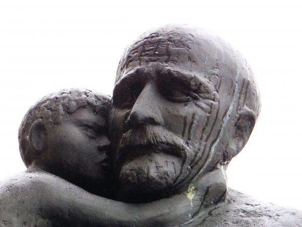 Poszedł na śmierć, by nie opuścić swoich wychowanków. Jego koncepcje pedagogiczne są dziś powszechnie doceniane. Pomnik Janusza Korczaka na Cmentarzu Żydowskim w Warszawie.