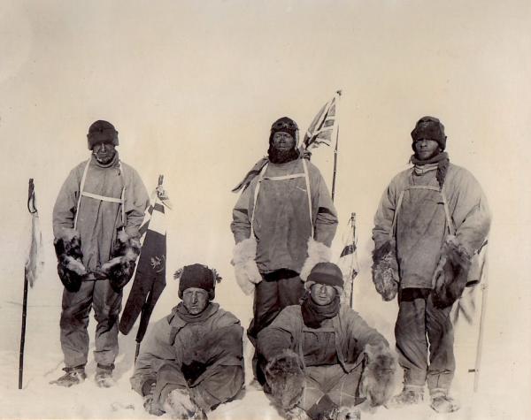 Angielscy polarnicy zdobyli biegun południowy. Niestety nie udało im się powrócić z wyprawy. Wilson stoi pierwszy od lewej.