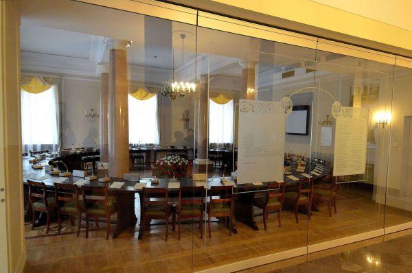 Niektórzy twierdzą, że za obradami Okrągłego Stołu stali masoni. Na zdjęciu najsłynniejszy mebel III Rzeczypospolitej prezentowany w Pałacu Prezydenckim.