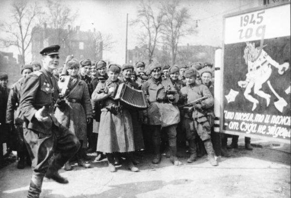 To sukcesy Armii Czerwonej sprawiły, że we Francji nagle rozgrzeszono wszystkie zbrodnie Związku Radzieckiego. Na zdjęciu krasnoarmiejcy świętują bo zdobyciu Berlina.