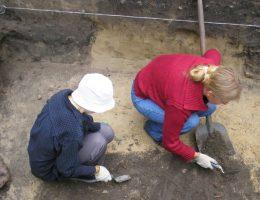 Na miejscu znaleziska robotników zastąpili archeolodzy, którzy dokładnie badają odkryty teren.