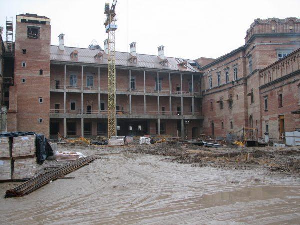 Wewnętrzny dziedziniec w 2006 roku. W czasie budowy koszty prawie podwoiły się.