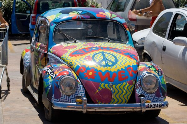 Samochód z hippisowskimi hasłami.
