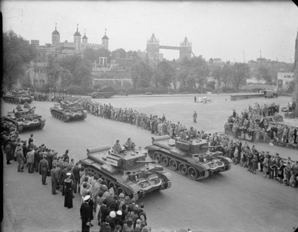 Zgromadzone tłumy podziwiają czołgi jadące w Paradzie Zwycięstwa.