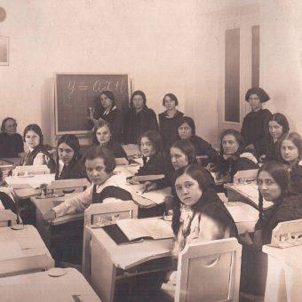Uczennice szkoły przy ulicy Wiejskiej w Warszawie, ok. 1930 r.