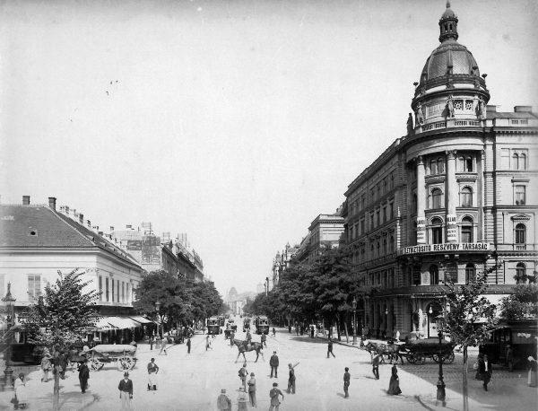 """Aleja Rakoczego, widziana z dzisiejszego skrzyżowania przy hotelu """"Astoria"""", 1903 rok"""