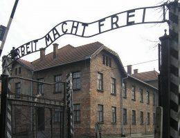 """Po wyzwoleniu obozu władze sowieckie planowały wywieźć napis """"Arbeit macht frei"""" na wschód. Jednak były więzień obozu Eugeniusz Nosal i przypadkowy furman wręczyli strażnikowi pociągu łapówkę w postaci butelki samogonu."""