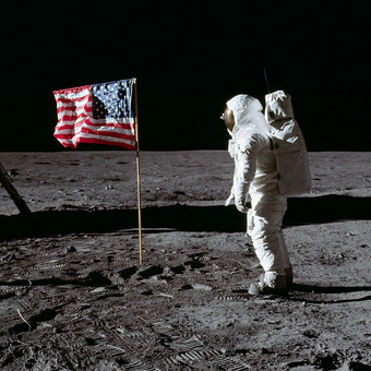 Pilot modułu księżycowego Buzz Aldrin salutuje fladze USA.