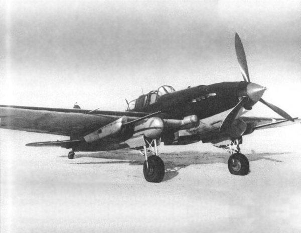 Na zdjęciu radziecki samolot Ił-2 na lotnisku w Moskiew w 1943 roku.