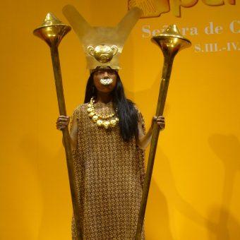 Przy ciele Lady Cao odnaleziono wiele kosztowności, co może świadczyć o jej przynależności do elity plemiennej. Zdjęcie pochodzi z 2007 roku i przedstawia prawdopodobny wygląd kobiety, która żyła 1700 lat temu.