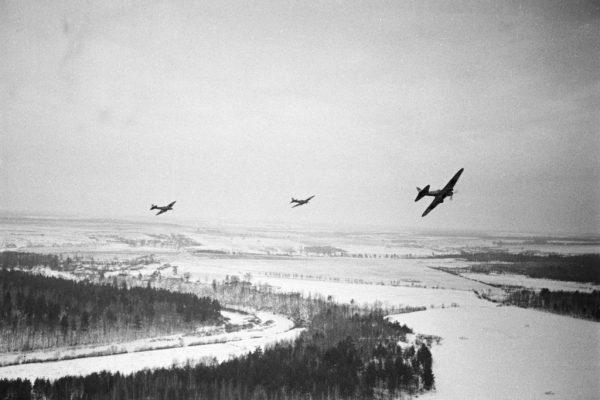 Samoloty typu Ił-2 przelatujące nad pozycjami wojsk III Rzeszy stacjonujących pod Moskwą.