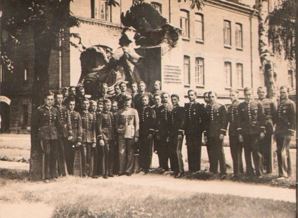 Zdjęcie grupowe podchorążych ze Szkoły Podchorążych Piechoty w Komorowie k/Ostrowi Mazowieckiej, rok 1933. To w tej szkole Tadeusz Wicherkiewicz rozpoczął edukację wojskową.