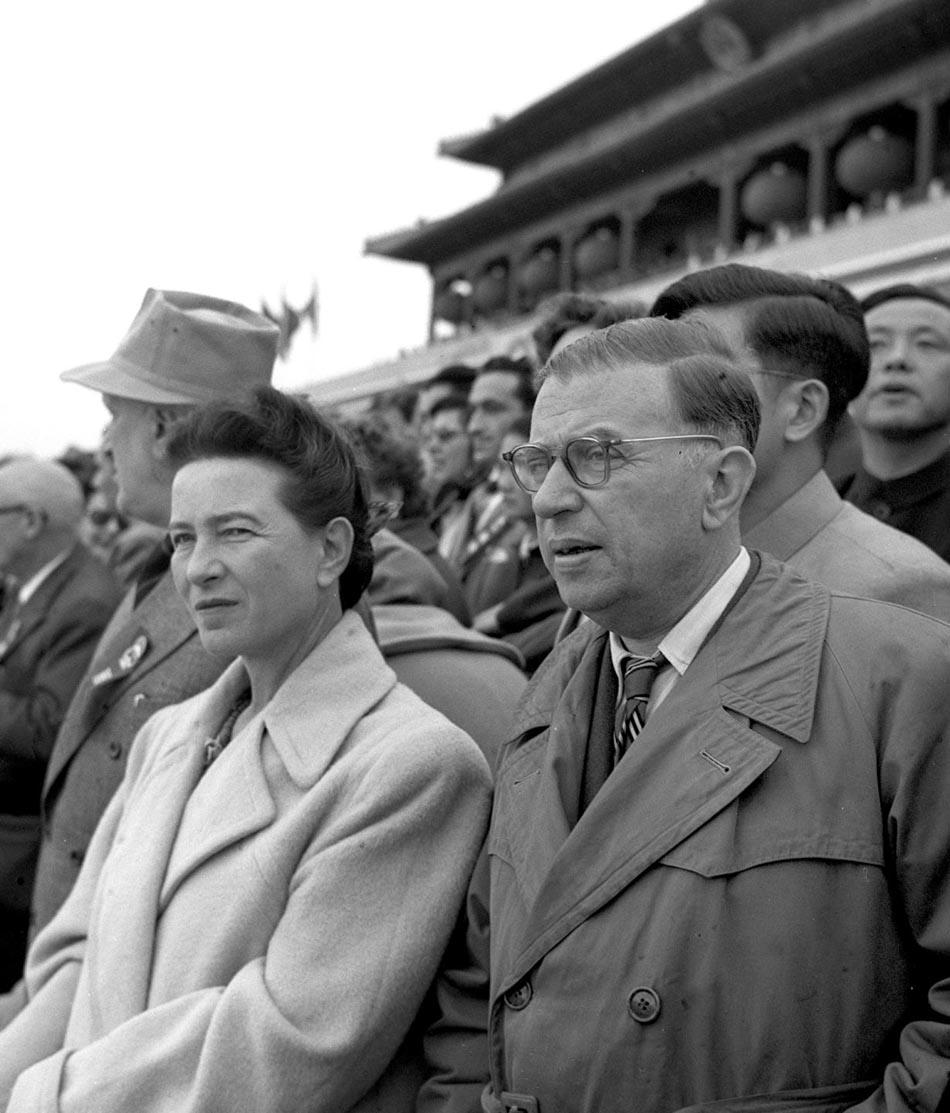 Potępienie kultu jednostki przez Chruszczowa sprawiły, że wielu francuskich komunistów straciło wiarę w Związek Radziecki. To właśnie w 1956 roku z komunistami zerwał ich wieloletni sympatyk Jean-Paul Sartre. Na zdjęciu Sartre i Simone de Beauvoir w Pekinie na uroczystościach z okazji szóstej rocznicy objęcie przez komunistów władzy w Chinach.