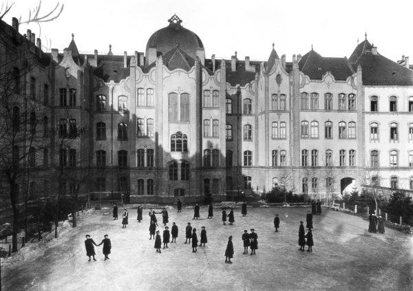 Szkoła Żeńska Królowej Elżbiety (dziś Liceum Blanki Teleki), 1905 rok