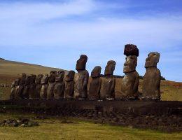 Słynne kamienne tułowia z Wyspy Wielkanocnej.