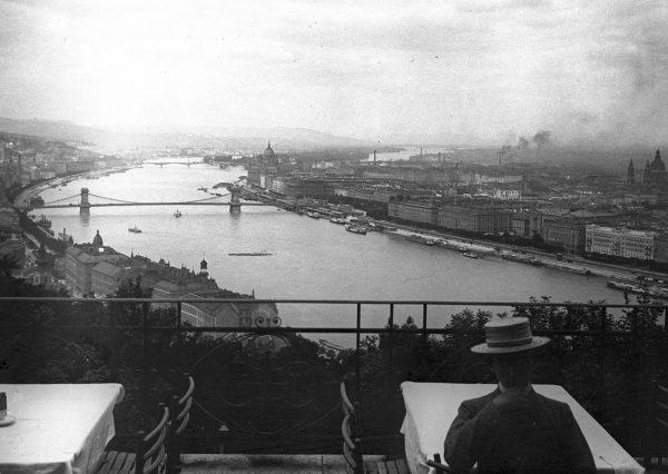 Widok z tarasu ogrodów zamkowych w Budzie, 1904 rok