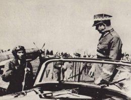 """Michał Rola-Żymierski wizytuje 1 Pułk Lotnictwa Myśliwskiego """"Warszawa"""" w 1974 roku. Tadeusz Wicherkiewicz dowodził pułkiem od 1945 roku do aresztowania w 1948 roku."""